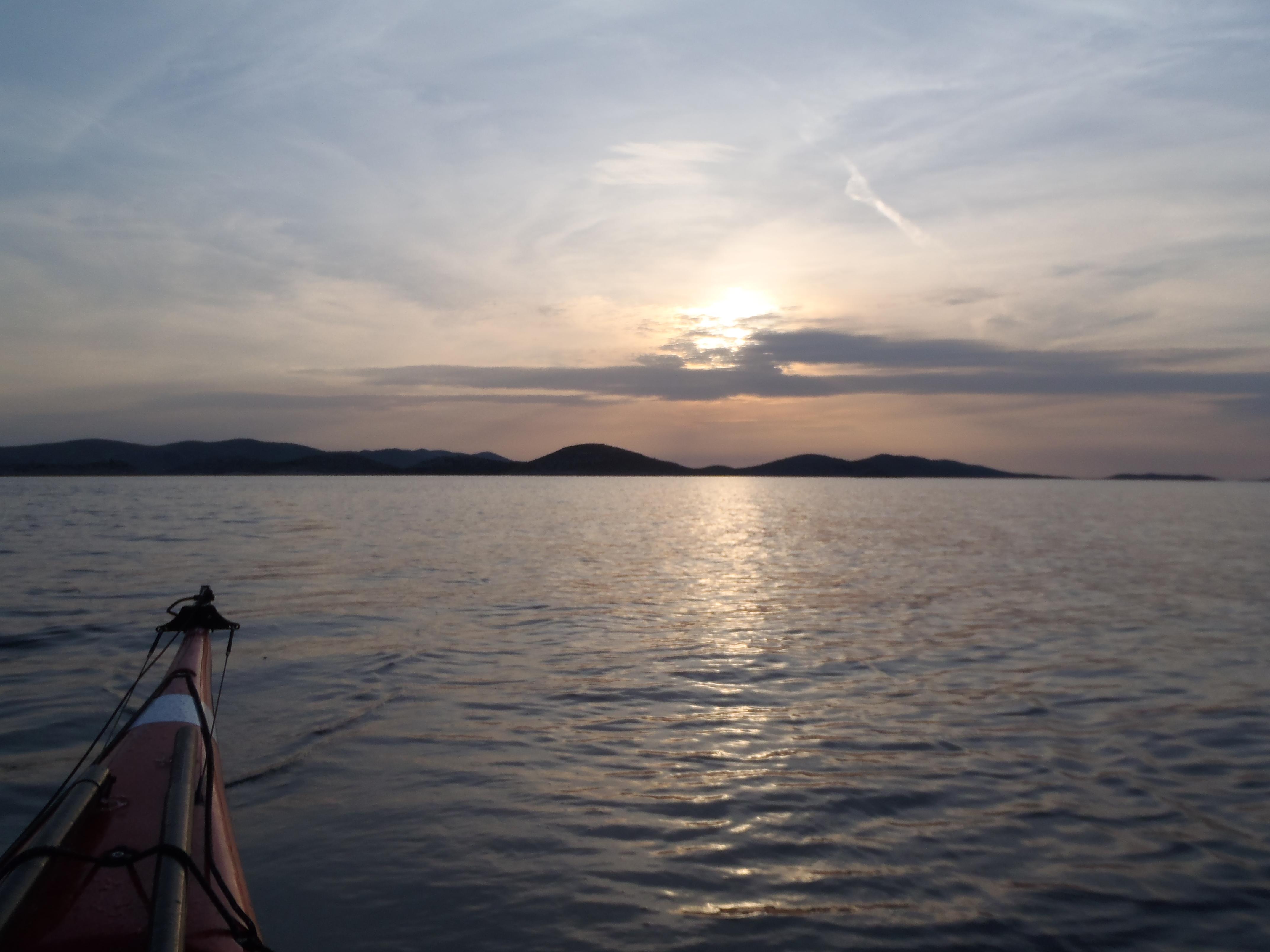 Západ slunce. Pohled na ostrov Žut
